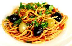 În jurul spagheteloralla puttanesca se învârt câteva legende simpatice. Termenul puttana se refera la fetele din stabilimentele cu felinar roșu, dar în același timp desemnează și ceva ieftin, de doi bani- cum spunem noi. Conform wikipedia, una dintre legende spune că acest gen de spaghete a fost inventat de către fetele de prin bordeluri, care în pauzele scurte improvizau o mâncare din ceea ce aveau la îndemână și era mai ieftin. O altă legendă spune că felul a fost inventat de către… Spaghetti, Ethnic Recipes, Noodle