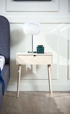 Pift dit sengebord op med nogle dekorationer. Her er der brugt en bordlampe  og et e5eb9f3664cee