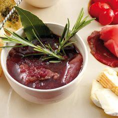 Wie beim klassischen Rinderbraten gart das Fleisch bei unserem Rezept in Rotwein. Für das deftig-würzige Fondue wird eine Rotwein-Fleischbrühe mit Rosmarin und Lorbeerblatt zubereitet. Das hat Geschmack!
