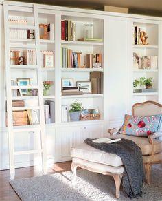 Zona de lectura con librería y chaise longue
