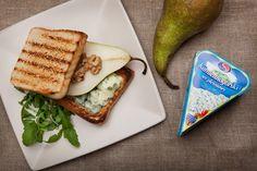 Tosty z serem pleśniowym i gruszką - polecamy na śniadanie! www.koronakarkonoszy.pl