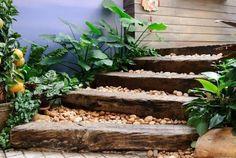 庭に少しメリハリが欲しいとき、または目隠しが欲しいときなどに便利なのが「枕木(まくらぎ)」です。枕木はオーストラリアのユーカリの木が硬くで丈夫、そして健康を害する物質も塗られていないと言われていますので、おすすめです。使えば使うほど味わいのある枕木の素敵なお庭を紹介していきます。