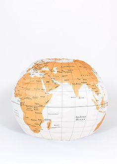 Pouff blanc en globe terrestre, pour avoir du monde dans son salon