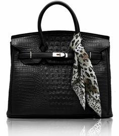 Τσάντα σε μαύρο χρώμα απο τεχνητό δέρμα (Art PU Leather). Εσωτερικά έχει φόδρα με τρείς θήκες, εκ των οποίων η μία με φερμουάρ. Διαστάσεις: 40x20x29 εκ Κωδικός : HF6 www.helenfashion.gr