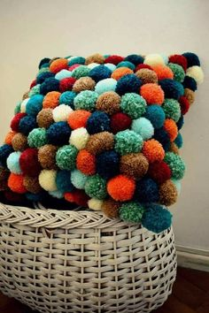 Ponpon new ideas pom pom rug, diy pillows, crafts. Crafts To Make, Home Crafts, Arts And Crafts, Pom Pom Crafts, Yarn Crafts, Craft Projects, Sewing Projects, Pom Pom Rug, Pom Pom Cushions