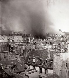 Toits de paris pendant la commune de paris et l'incendie de l'hotel de ville en 1871