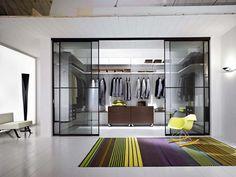 Solution esthétique avec des portes coulissantes en verre pour fermer le côté dressingv