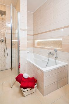 K dispozici teď mají manželé vanu i sprchový kout, po kterém manželka velmi toužila.