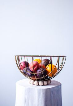 Make a fruit bowl out of an old plant hanger. (in Swedish with translator) Recycled Crafts, Hanging Planters, Diy Organization, Plant Hanger, Decorative Bowls, Crafty, Fruit, How To Make, Diy Ideas