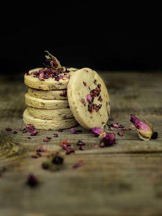 Ciasteczka z pistacjami i płatkami dzikiej róży • Muffinkowy fetysh