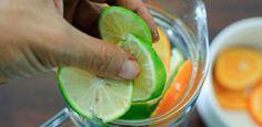Υπάρχει ένας εύκολος τρόπος για να μειώσετε την πρησμένη κοιλιά, απλά ακολουθήστε αυτήν τη συνταγή ! Εκτέλεση Μην ξεφλουδίσετε τα λεμόνια. Αναμίξτε όλα τα συστατικά. Αφήστε το μείγμα στο ψυγείο για όλη τη νύχτα. Πιείτε νερό με αγγούρι κατά τη διάρκεια της επόμενης ημέρας, ξεκινώντας από το πρωί. Το λεμόνι και το λεμονόνερο είναι ιδανικό …