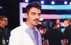 Freddy Mercury? No! Es el bigote de Joe Jonas que está rompiendo el Internet