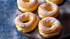 Jsou známé také jako větrníky (v němčině mají stejný název, Windbeutel) a díky jemnému, hebkému odpalovanému těstu procházejí v různých podobách ušlechtilým umě Sweet Desserts, Sweet Recipes, Dessert Recipes, Sweet Bar, Cream Cheese Recipes, Mini Cheesecakes, Pastry Cake, Mini Cakes, Amazing Cakes
