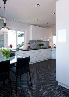 VINYLGULV: Det røffe dørkeplatemønsteret utgjør et industrielt, halvoffentlig element. Vinylgulvet er levert av Polyfloor. Kjøkkeninnredningen er fra Gunnestad trevarefabrikk.