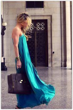 Una vez reservado para los hippies y los espíritus libres, el vestido maxi está teniendo un gran momento en la moda esta temporada.