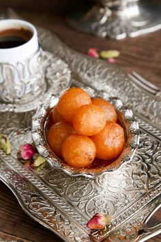 Simple and delicious sweet balls that are popular in the levant countries (Jordan, Syria, Lebanon, Palestine and Egypt). International cuisine includes a wide range of food options, that sometimes certain recipes can no longer be Ramadan Sweets, Ramadan Recipes, Sweets Recipes, Cooking Recipes, Vegan Recipes, Cream Recipes, Rice Recipes, Arabic Dessert, Arabic Sweets