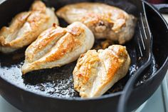 Tired of eating dry and flavorless chicken, pork or beef? Avoiding these four common mistakes when cooking meat is your key to a gourmet homemade meal. Fried Chicken Breast, Pan Fried Chicken, How To Cook Chicken, Chicken Breasts, Garlic Chicken, Roasted Chicken, Chicken Wings, High Protein Recipes, Protein Foods