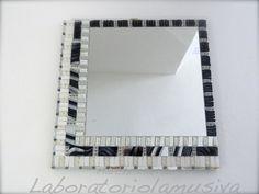 Specchiera Bianco&Nero con decorazione musiva in vetro specchiato, paste vitree e murrine di Murano