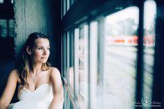 After Wedding Shooting in einem ehemaligen Ringlokschuppen, große Fenster bringen viel natürliches und wunderschönes Licht