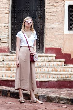 La Medina d' Agadir - white v-neck shirt, flower bag by Orsay, peach Culotte, beige, rose gold loafers, gucci style, princetown, mirrored sunglasses - Outfit, Blogger, Streetstyle Gold Outfit, City Break Outfit, Work Fashion, Runway Fashion, Rose Gold Loafers, Mode Inspiration, Fashion Inspiration, Gold Mules, Culottes Outfit