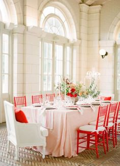 A fiesta red and pastel pink table setting. A great use of create a soft fiesta pantone look Credit:www.weddingomania.com #WedPin #AcademyLive #Wedding