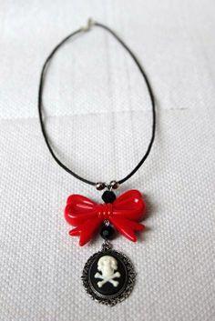 Gothic Camee Skull ketting met rode plastic strik door MissFrauque, €9.95