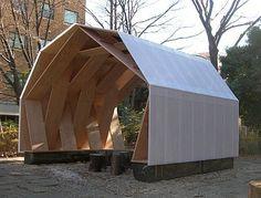 あずまや:このあずまやは、二つの形のLVLのフレームと それらをつなぐ構造用合板を一つのユニットとしたトラス状の仮設工作物である。通常 トラスは軸材でつくられるが、この架構は面材に働く軸力を節点の軸材を介して、隣の面材に伝達する、いわば「面トラス」である。 東京大学農学部構内に仮設 2011 Timber Structure, Shade Structure, Shed Design, House Design, Studio Apartment Plan, A Frame House Plans, Chalet Design, Temporary Structures, Wood Architecture