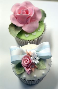 Aren't these gorgeous little works of art?  I wish I had that command of working with icing.