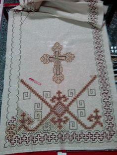 Προσκυνητάρι με πολλαπλούς σταυρούς στην μπορντούρα και βυζαντινό σταυρό στο κέντρο. Gold Work, Embroidery Designs, Bohemian Rug, Ornament, Cross Stitch, Facebook, Crochet Shirt, Needlepoint, Hardanger
