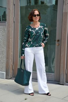 Lady of Style: White trousers and a green blouse for a late summer look