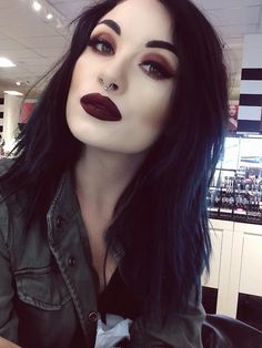 OH MY GOD. THIS GIRL IS GORGEOUS. Great makeup!
