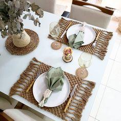 """678 curtidas, 89 comentários - KingDom (@kingdom_acessorios) no Instagram: """"Ela arrasa sempre na mesa posta, e para completar essa mesa linda com o nosso…"""" Macrame Design, Macrame Art, Macrame Projects, Macrame Wall Hanging Patterns, Macrame Patterns, Deco Table, Diy Projects To Try, Boho Decor, Diy And Crafts"""
