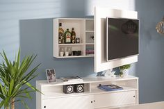 o Painel para TV com Nicho Kino é a cara da modernidade: além de possibilitar que você mova a televisão para a lateral, ele possui quatro nichos no espaço atrás dela, possibilitando que você monte um minibar, guarde outros eletrônicos ou coisinhas mais.