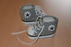 Coole Baby-Turnschuhe in Grau-Schwarz für die Kleinsten. Ein schönes Geschenk zur Geburt oder Taufe.   Die Schuhe sind dehnbar und wachsen auch n...