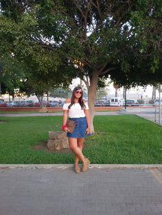 El look de Troya: HOMBROS AL AIRE + FALDA VAQUERA    Ho...