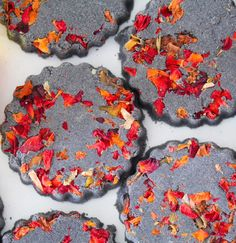 These Black Rose Petal Bath Bombs are made with real rose petals and activated charcoal are natural and smell pretty amazing Bath Bomb Recipes, Soap Recipes, Bath Bombs Video, Black Bath Bomb, Diy Savon, Bath Boms, Real Rose Petals, Homemade Bath Bombs, Rose Bath