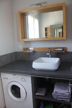 Salle de bain comprenant: vasque, douche, wc, lave linge, rangement, linge de toilette
