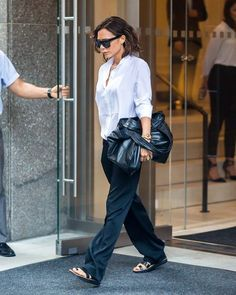 We chart the best off-duty style moments from pop star turned fashion industry maven Victoria Beckham. Victoria Beckham Outfits, Victoria Beckham Stil, Victoria Beckham Target, Elle Fashion, Tokyo Fashion, Fashion 2017, Office Attire Women, Fashion Agency, Star Wars