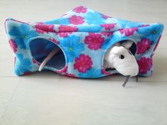 Rat hammock tutorial - Corner Wedge House (site is in Dutch, but photos are easy to follow) #rats #tutorial