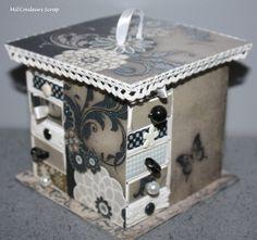 Mini commode à base de boites d'allumettes. Habillage papier, dentelle, brad, perle et tissu pour les tiroirs....