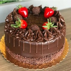 Finally, chocolate cake is returned. I love the union between chocolate and strawberry and you? Pretty Cakes, Beautiful Cakes, Amazing Cakes, Chocolate Cake Designs, Delish Cakes, Cake Decorating For Beginners, Chocolate Treats, Drip Cakes, Food Cravings
