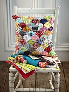 Clamshell patchwork cushion - perfect for scrap fabric - by Jo Avery from O Avery ! From issue 4 of Love Patchwork & Quilting. Photo © Love Patchwork & Quilting partial knit used to make a patchwork look? Patchwork Cushion, Patchwork Patterns, Patchwork Quilting, Quilted Pillow, Quilt Patterns, Patchwork Designs, Hexagon Patchwork, Patchwork Ideas, Hexagon Quilt