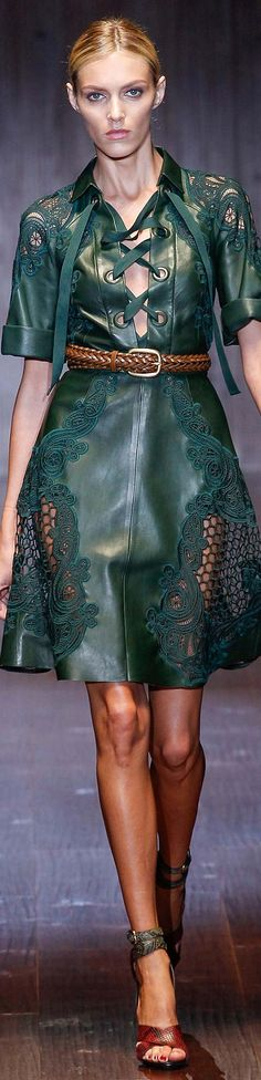 Gucci Collection Spring 2015 Ready to Wear Green Fashion, Look Fashion, High Fashion, Fashion Design, Fashion Spring, Fashion Clothes, Couture Fashion, Runway Fashion, Fashion Trends