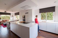 SANTOS kitchen | Una cocina blanca con isla abierta al salón, nuevo proyecto de cocina en nuestra web. Diseño de cocina LINE-E Blanco seff. Proyecto realizado por nuestro distribuidor exclusivo en Cornellà (Barcelona), Clysa.