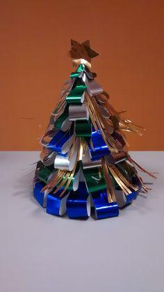 Árbol de navidad hecho con papel metalizado y cartulina