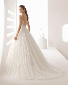 Vestido de novia estilo princesa de encaje pedrería y tul, con escote V con transparencias y falda volumen en color natural/nude. Colección 2018 Rosa Clará.