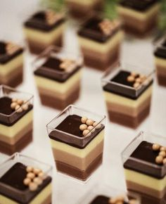 Mousse ai tre cioccolati in 2020 Finger Food Desserts, Fancy Desserts, Köstliche Desserts, Delicious Desserts, Yummy Food, Sweet Recipes, Cake Recipes, Dessert Recipes, Mini Dessert Cups