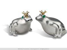 Metalen peper en zoutstel in de vorm van koninklijke kikkers