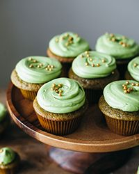 Match cupcakes with matcha buttercream - This moist cake recipe has a double-dose of matcha—both in the batter and frosting. Tea Recipes, Cupcake Recipes, Wine Recipes, Cupcake Cakes, Dessert Recipes, Dessert Sauces, Cupcake Ideas, Cake Matcha, Matcha Cupcakes