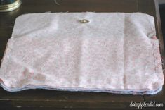 Mini Messenger Bag Tutorial - Doing Splendid Messenger Bag Patterns, Mini Messenger Bag, Sewing Tutorials, Sewing Projects, Baby Mittens, Coordinating Fabrics, Little Bag, Sewing For Beginners, Lining Fabric
